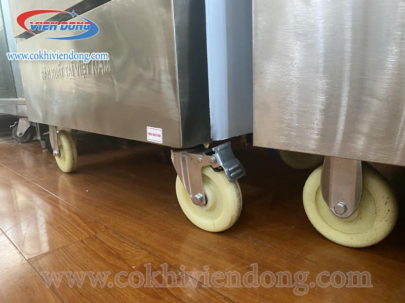 Tủ nấu cơm có bánh xe dưới chân