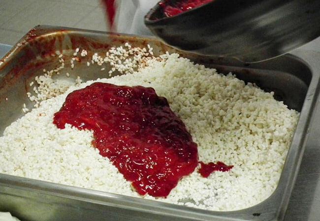 Trộn gạo nếp với gấc
